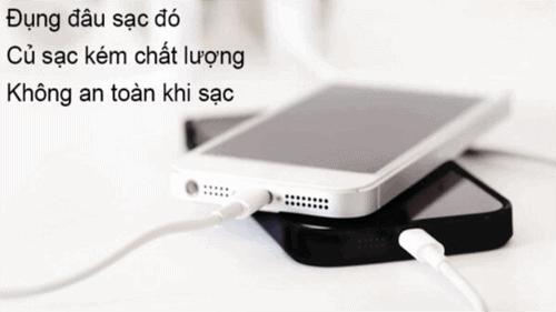 sai lầm đụng đâu sạc iphone bằng củ sạc dỏm